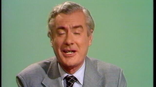 former news at ten presenter sir alastair burnet dies 1991 alastair burnett signing off as presenting his final news at ten sot alastair burnet... - selina scott stock-videos und b-roll-filmmaterial