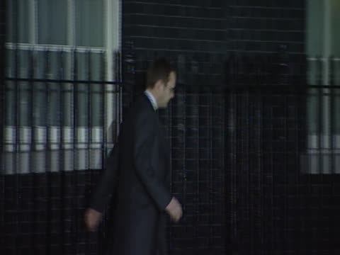 vídeos de stock, filmes e b-roll de former news of the world editor andy coulson leaves 10 downing street, august 2011 - publicação