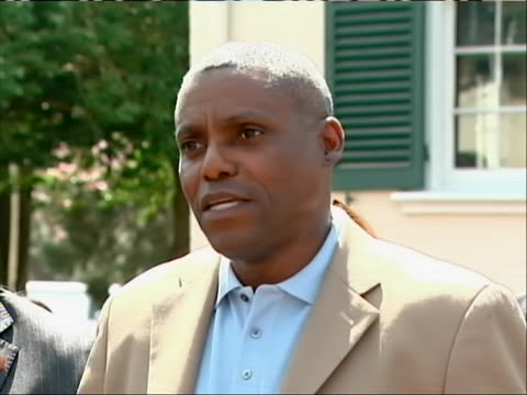 vidéos et rushes de former olympic gold medalist runner carl lewis announces his run for new jersey state senate at a press-conference. lewis discusses his roots in new... - united states and (politics or government)