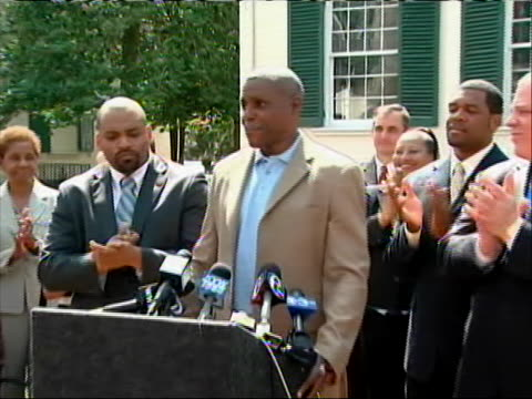 vidéos et rushes de former olympic gold medalist runner carl lewis announces his run for new jersey state senate at a press-conference surrounded by friends and... - united states and (politics or government)