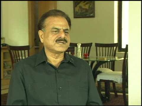 vidéos et rushes de former pakistani intelligence chief hamid gul interviewed at his home / he makes comments about president pervez musharraf / his clasped hands on his... - province du panjab