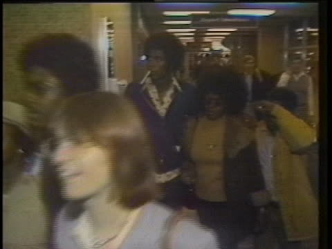 former peoples temple members and survivors of the jonestown massacre arrive at an airport in the united states. - massmord bildbanksvideor och videomaterial från bakom kulisserna
