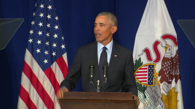 vidéos et rushes de former president barack obama speaks at the university of illinois, where he received an ethics in government award. he said there's been rough... - united states and (politics or government)