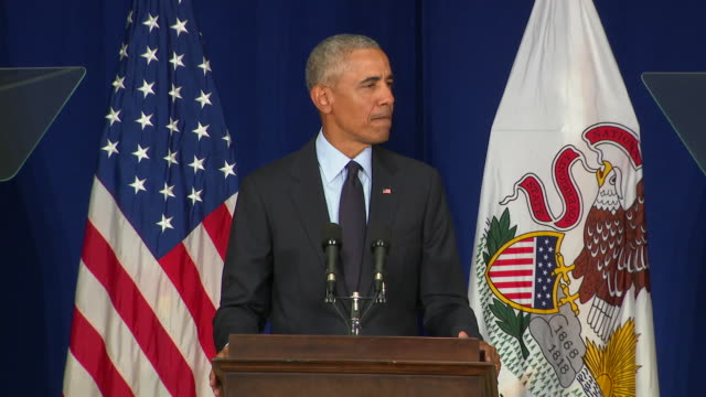 vidéos et rushes de former president barack obama speaks at the university of illinois, where he received an ethics in government award. it shouldn't be democratic or... - united states and (politics or government)