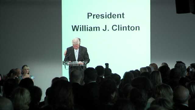 vídeos de stock, filmes e b-roll de former president bill clinton at the bill clinton honors oscar de la renta at parsons' 58th annual benefit and fashion show at the chelsea piers in... - bill clinton