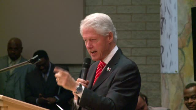 wgn former president bill clinton campaigns for hillary at the rock of ages baptist church in maywood illinois on march 13 2016 clinton visited... - chiesa battista video stock e b–roll