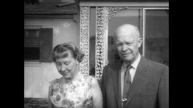 vidéos et rushes de former president dwight d eisenhower and his wife, mamie, stand outside their pennsylvania home on the occasion of their golden wedding anniversary /... - temps réel