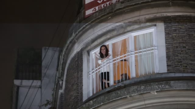 vidéos et rushes de former president of argentina cristina fernández de kirchner greets supporters from her apartment's balcony in recoleta neighborhood on april 11,... - buenos aires