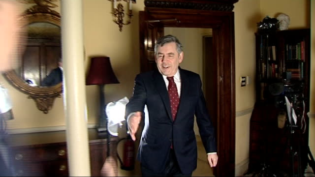 vidéos et rushes de former prime minister gordon brown into room to meet itn reporter for exclusive interview and sitting for interview - exclusivité