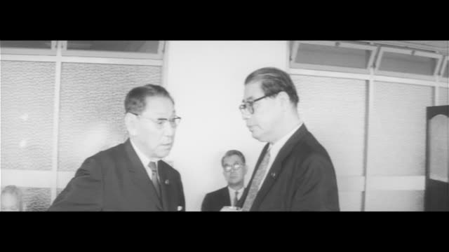 Former Prime Minister Ikeda Dies/LDP Maeo and Kawashima visit Ikeda at Tokyo University Hospital Ikeda's body covered in a white cloth 1960 Takes...