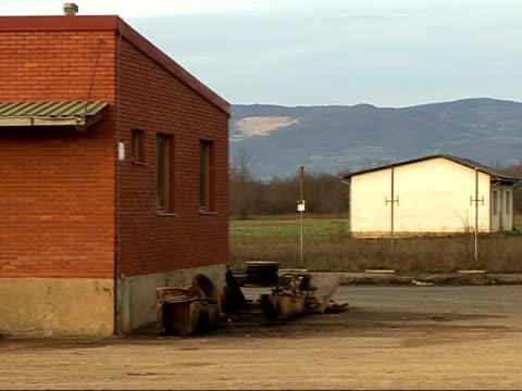 vidéos et rushes de former serb concentration camp at old mine in omarska / skeleton remains from mass graves; more views around old omarska mine, featuring desolate... - acier