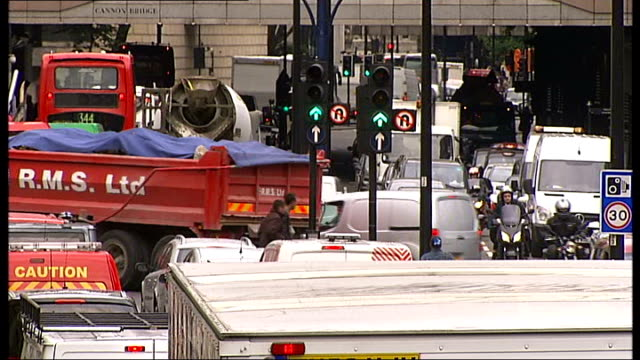 former soldier avoids jail for road rage attack gv busy traffic in central london - 脱獄する点の映像素材/bロール