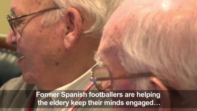vídeos y material grabado en eventos de stock de former spanish footballers are helping elderly spaniards fight off dementia by unlocking footballing memories from a bygone era - demencia
