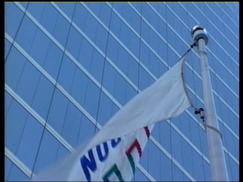 stockvideo's en b-roll-footage met former tory minister steps down as chairman of pcc; lib usa: texas: houston: ext gvs enron headquarters building enron logo outside building bv staff... - voorzitter