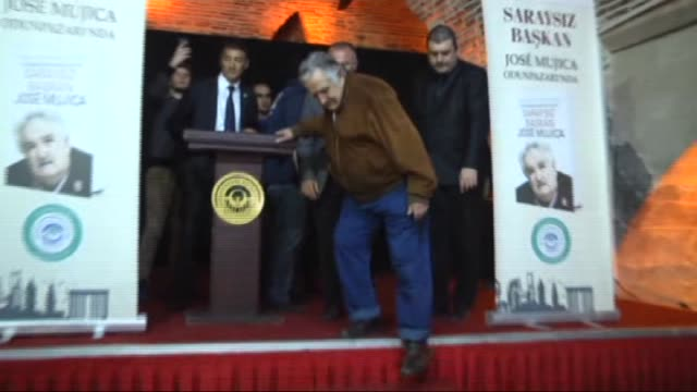 vidéos et rushes de former uruguayan president jose mujica attends the book signing session of his authorized biography 'a black sheep in power' written by uruguayan... - biographie
