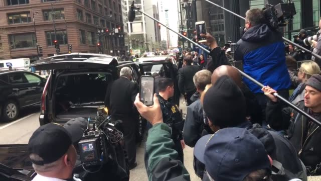 vidéos et rushes de former us house speaker dennis hastert exits the courthouse after he received a sentence of 15 months in federal prison for hush money crimes could... - limite