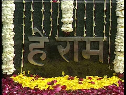 former us president bill clinton and daughter chelsea clinton visit rajghat samadhi a memorial honoring mahatma gandhi in india - 仮設追悼施設点の映像素材/bロール