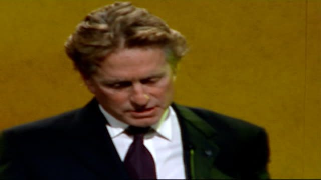 former us president bill clinton presented with award at red cross fundraising dinner; actor michael douglas to the stage michael douglas speech sot... - マイケル・ダグラス点の映像素材/bロール