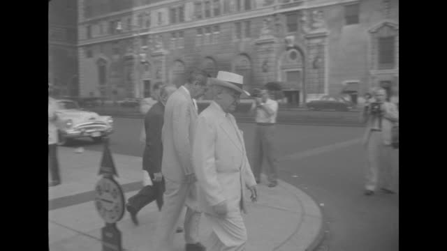 former us president harry s. truman leaves the waldorf-astoria hotel in new york city for a walk. he is accompanied by matthew j. connelly, a former... - ウォルドルフ・アストリア点の映像素材/bロール