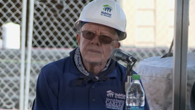 former us president jimmy carter talks about his work with habitat for humanity helps build a new home jimmy carter builds at habitat for humanity... - jimmy carter präsident stock-videos und b-roll-filmmaterial