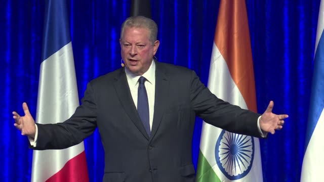 vídeos de stock, filmes e b-roll de former us vice president and climate change campaigner al gore calls for urgent action to tackle climate change at an investment summit in india a... - a. gore