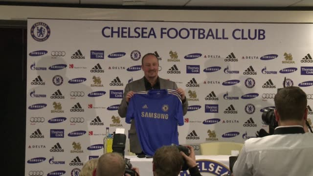 former valencia manager rafael benitez answers journalists questions in a press conference as he joins chelsea fc after the sacking of roberto di... - chelsea fc bildbanksvideor och videomaterial från bakom kulisserna