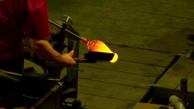 vídeos de stock, filmes e b-roll de formação de vidro quentes com um martelo de madeira, plano médio - fundir técnica de vídeo