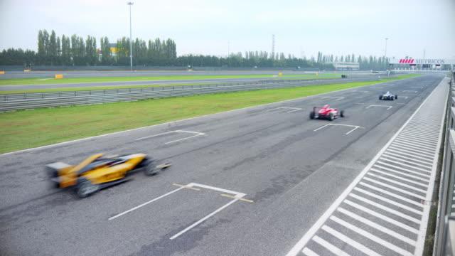 vidéos et rushes de formula cars speeding on the race track - stratégie