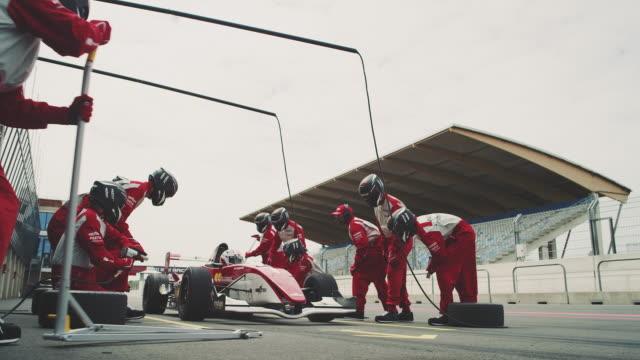 vídeos y material grabado en eventos de stock de fórmula uno equipo reparación de auto de carreras - deporte profesional