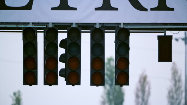 formula race start lights going green and then turning off - ampel stock-videos und b-roll-filmmaterial