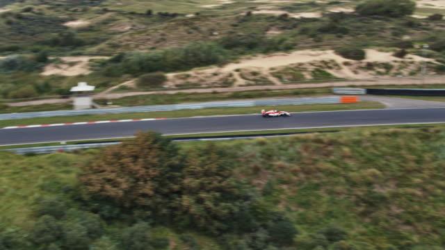 vídeos y material grabado en eventos de stock de coche de uno carreras formular conducir en un circuito - fortaleza estructura de edificio