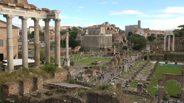 ws foro romano surrounded by ruins of several important ancient government buildings / rome, latium, italy - stile classico romano video stock e b–roll