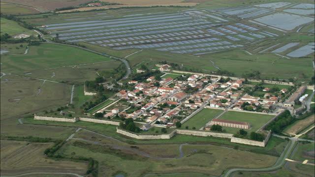 vidéos et rushes de aerial, fort brouage near rochefort, poitou-charentes, france - forteresse