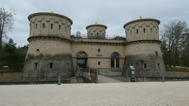 fort thuengen with fortress museum and mudam museum, luxembourg city, grand duchy of luxembourg, europe - festung stock-videos und b-roll-filmmaterial