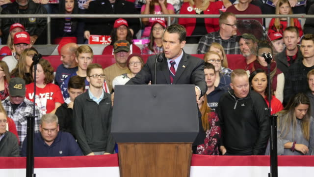fort wayne, indiana, usa: sen. todd young, r-ind., speaks, to encourage trump supporters to vote for members of the republican party, before united... - 上院議員点の映像素材/bロール
