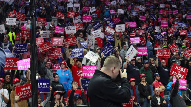 vídeos de stock e filmes b-roll de fort wayne, indiana, usa: trump supporters jeer at the media as united states president donald j. trump tells his supporters that american... - partidário