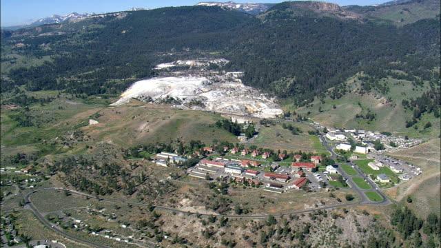 fort yellowstone e parco, sede-vista aerea-wyoming, parco contea, stati uniti - quartiere generale video stock e b–roll