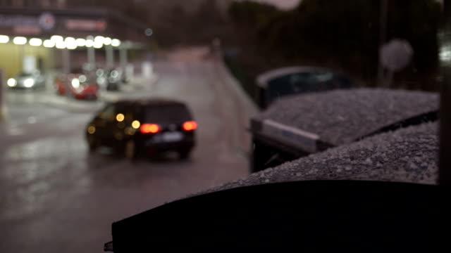 forte pluie sur un centre commercial. - pluie stock videos and b-roll footage