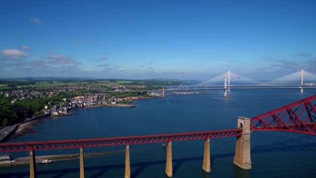 forth rail & road bridges, queensferry, scotland - fluss firth of forth stock-videos und b-roll-filmmaterial