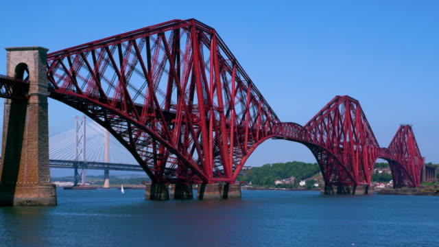 forth rail & road bridges, south queensferry, scotland - fluss firth of forth stock-videos und b-roll-filmmaterial