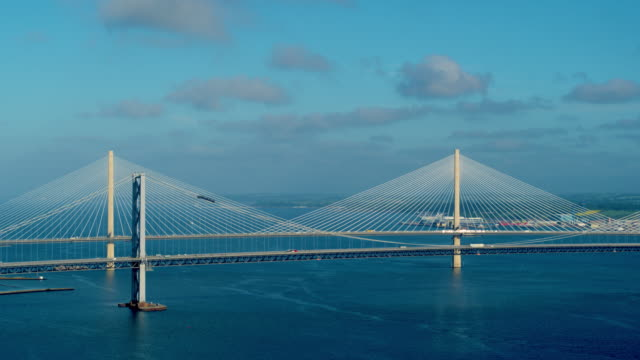 forth road bridge, queensferry, scotland - fluss firth of forth stock-videos und b-roll-filmmaterial