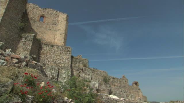 la, ms, pan, fortified walls of medieval castle, aldea del rey, castile-la mancha, spain - spagna video stock e b–roll