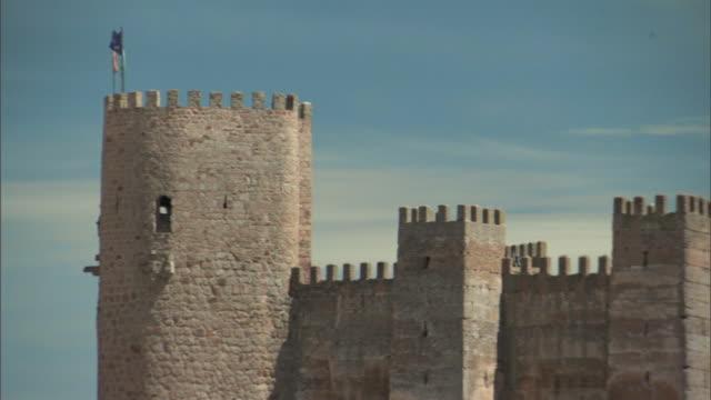 vídeos de stock e filmes b-roll de ms, pan, fortified walls of medieval castle, banos de la encina, cordoba, spain - medieval