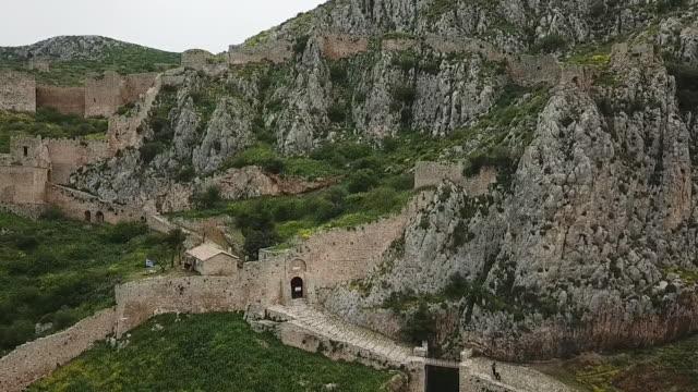 fästning i grekland på toppen av berget av drone - bergsvägg bildbanksvideor och videomaterial från bakom kulisserna