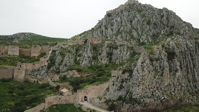fästning i grekland uppe på toppen av mountaintop - bergsvägg bildbanksvideor och videomaterial från bakom kulisserna