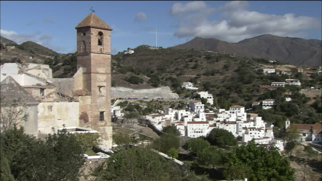 vídeos de stock e filmes b-roll de fortress tower with small hillside town in its shadow, spain - cultura espanhola