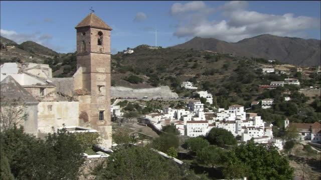 vídeos y material grabado en eventos de stock de fortress tower with small hillside town in its shadow, spain - villa asentamiento humano