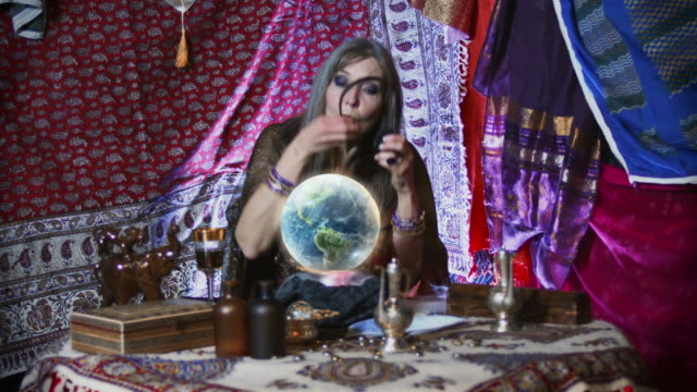 stockvideo's en b-roll-footage met fortune teller help desk - medium filmcompositietype