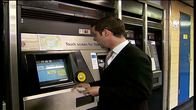 vídeos y material grabado en eventos de stock de forty london underground ticket offices to close int reporter to camera hands attempting to put banknote into ticket machine richard parry interview... - artículo de montañismo