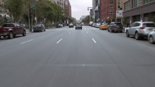 vidéos et rushes de forward pov of driving around nyc on a sunday morning. - travel destinations